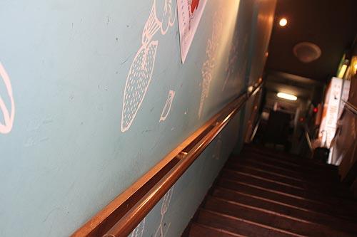 この階段を登って二階へといきます