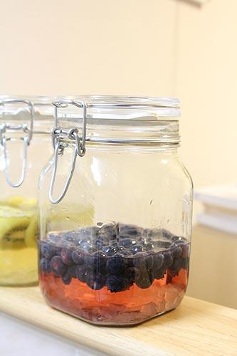ブルーベリーの瓶を振るとほんのり紫色に