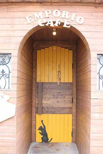 EMPORIOの入り口のドア。デザインがかわいい