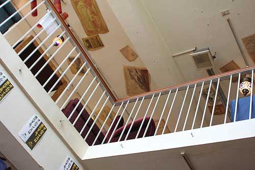 1階席から2階席を見上げる