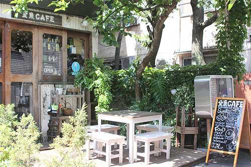 金魚カフェの入り口は緑も多く、隠れ家の雰囲気が