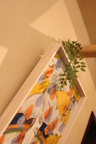 作品をつるす針金は葉っぱのイミテーションで目隠し