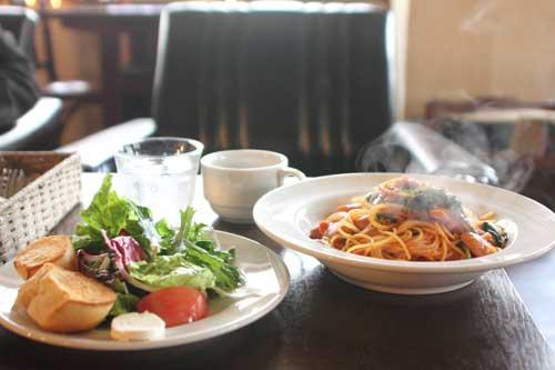チョリソーとほうれん草のトマトソーススパゲッティーニ