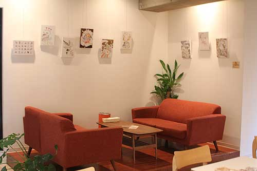 ゆったりしたソファー席。壁はギャラリー貸しされているのでしょうか?