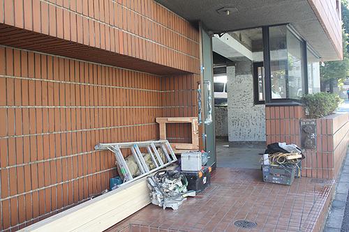 店舗入り口にどっさり工事道具が