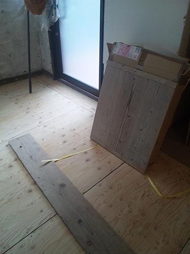 床用と、机の天板用の古材